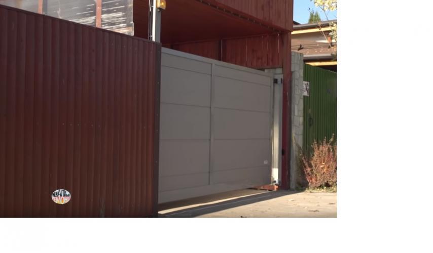 Ворота для народного артиста: въездные ограждения «АЛЮТЕХ» установлены на территории возле дома Владимира Этуша